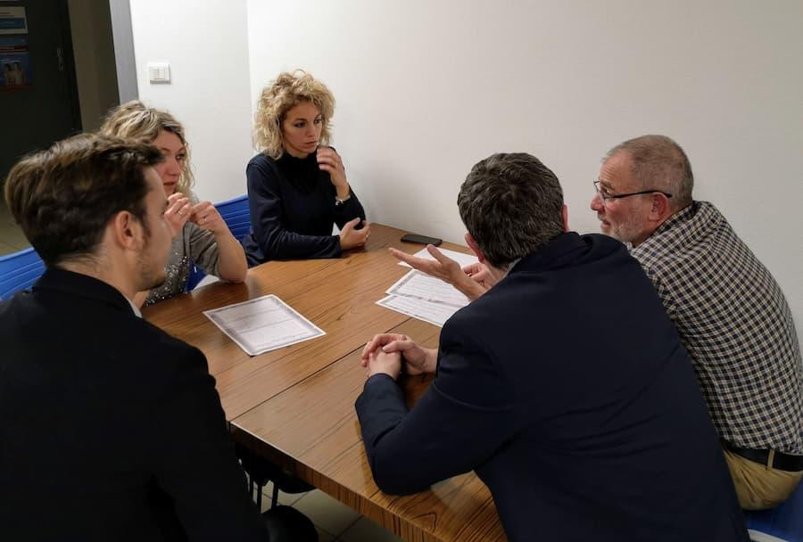 Des adhérents travaillent en groupe